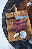 Wintergrillen: Elchsteak fürs Grillen vorbereiten (Norwegen)