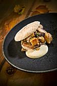 Naturküche: Herbstliches Pita-Sandwich mit Fleisch, Pilzen und Senfsauce