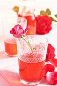 Selbstgemachter Sirup aus Rosenblüten im Glas