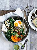 Veggie-Bowl mit Wintergemüse, Blauschimmelkäse und Ei