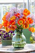 Strauß aus Tulpen und Zierlauch