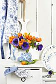 Frühlingsstrauß aus Tulpen und Anemonen
