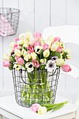 Frühlingsstrauß mit Tulpen und Anemonen