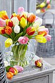 Bunt gemischter Tulpenstrauß