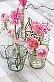 Kleine Deko mit Tulpen, Ranunkeln, Hyazinthe, Traubenhyazinthe und Schleierkraut
