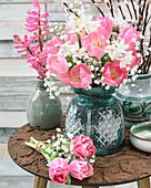 Sträuße aus Tulpen, Schleierkraut, Narzissen und Hyazinthen