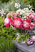 Strauß aus gefüllten Tulpen und Wiesenkümmel