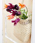 Tulpenstrauß in Tasche an Türe gehängt