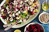 Nudelsalat mit Rote Bete, Zwiebeln und Feta