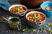 Tomatensuppe mit Kichererbsen und Pesto