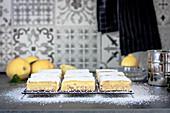 Einfache Zitronenschnitten auf Abkühlgitter