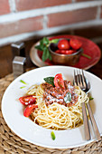 Spaghetti bolognese with tomatoes