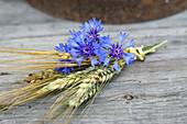 Strauß aus Kornblumen, Roggenähren und Gerste