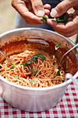 Spaghetti mit Tomatensauce und frischem Basilikum