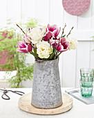 Gemischter Tulpenstrauß mit Weidenzweigen