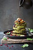 Spinat-Pancakes mit Granatapfelkernen