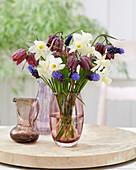Frühlingsstrauß aus Narzissen, Schachbrettblumen und Traubenhyazinthen