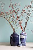 Zweige mit Hagebutten in der Vase