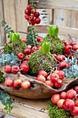 Schale mit Hyazinthen in Mooskugeln, Zieräpfeln und Eukalyptus