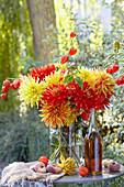 Herbststrauß aus Dahlien und Lampionfrüchten