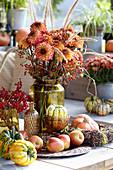 Herbst Arrangement mit Strauß aus Dahlien, Hagebutten und Federborstengras, Kürbisse, Äpfel und Schneeballbeeren