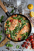 Salmon with tomatoe sauce spinache frying pan
