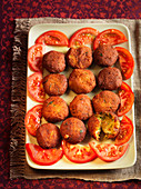 Vegetable kebabs with sliced tomatoes