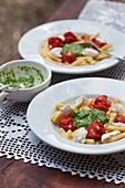 Pasta with tomatoes, pesto and mozzarella