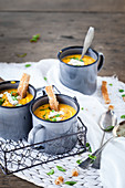 Karottensuppe mit Toaststreifen