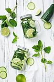 Limetten-Gurken-Wasser mit Minze