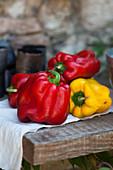 Rote und gelbe Paprika auf Holztisch