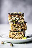 Müslischnitten mit gepufftem Quinoa, Datteln und Tahini