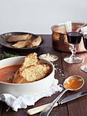 Tomatensuppe mit Käse überbackenen Baguettescheiben