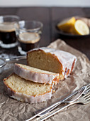 Lemon Drizzle Cake (Zitronenkuchen, England) serviert zum Kaffee
