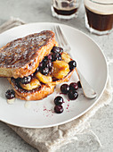 French Toast with Banane und Blaubeeren