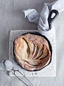 Dutch Baby Pancake mit Birnen in der Pfanne