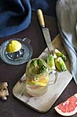 Frisches Zitrusfruchtgetränk mit Artischocke und Ingwer