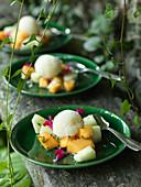 Melonen mit Thymiansorbet und Essblüten