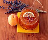 Aprikosenkonfitüre mit Lavendel