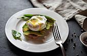 Belegtes Brot mit Avocado und pochiertem Ei