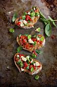 Crostini mit Tomaten und Favabohnen