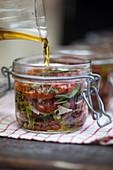 Getrocknete Tomaten in Olivenöl einlegen