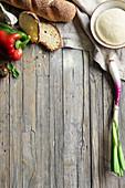 Stilleben mit Gemüse, Brot und Brotteig