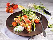 Omelett mit Tomaten, Rucola, Feigen, Frühlingslauch, Sauerrahm und Chicoree