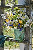 Frühlingsstrauß aus Lenzrosen, Felsenbirne, Tulpen, Schlüsselblumen, Goldjohannisbeere, Traubenhyazinthe und Hyazinthe