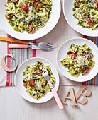 Ravioli mit Grünkohlpesto, Schmortomaten und Parmesan