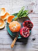 Zutaten für Smoothie (Löwenzahn, Grapefruit, Granatapfel)