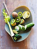 Zutaten für Smoothie (Zucchini, Kiwi, Sellerie, Grapefruit)