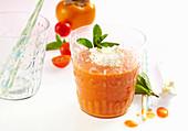 Pikanter Kaki-Tomaten-Smoothie mit Paprika und Meerrettich