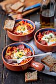 Gebackenes Ei mit Chorizo, Paprika und Tomate